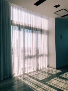 jak wybrac osłony okienne